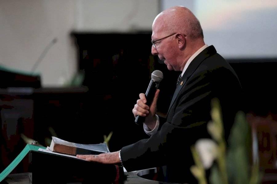 Pastor Luis Fernando Solares hace una oración por Guatemala