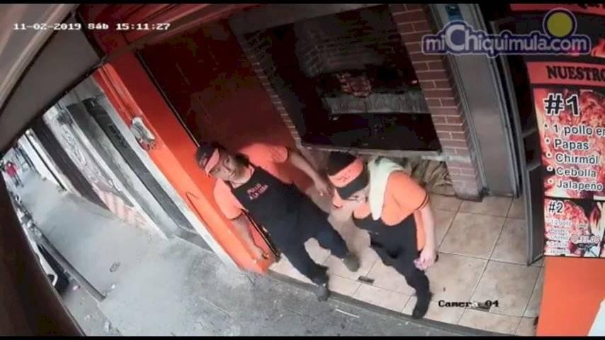 Las cámaras de seguridad captaron el momento justo cuando un joven roba un pollo rostizado.