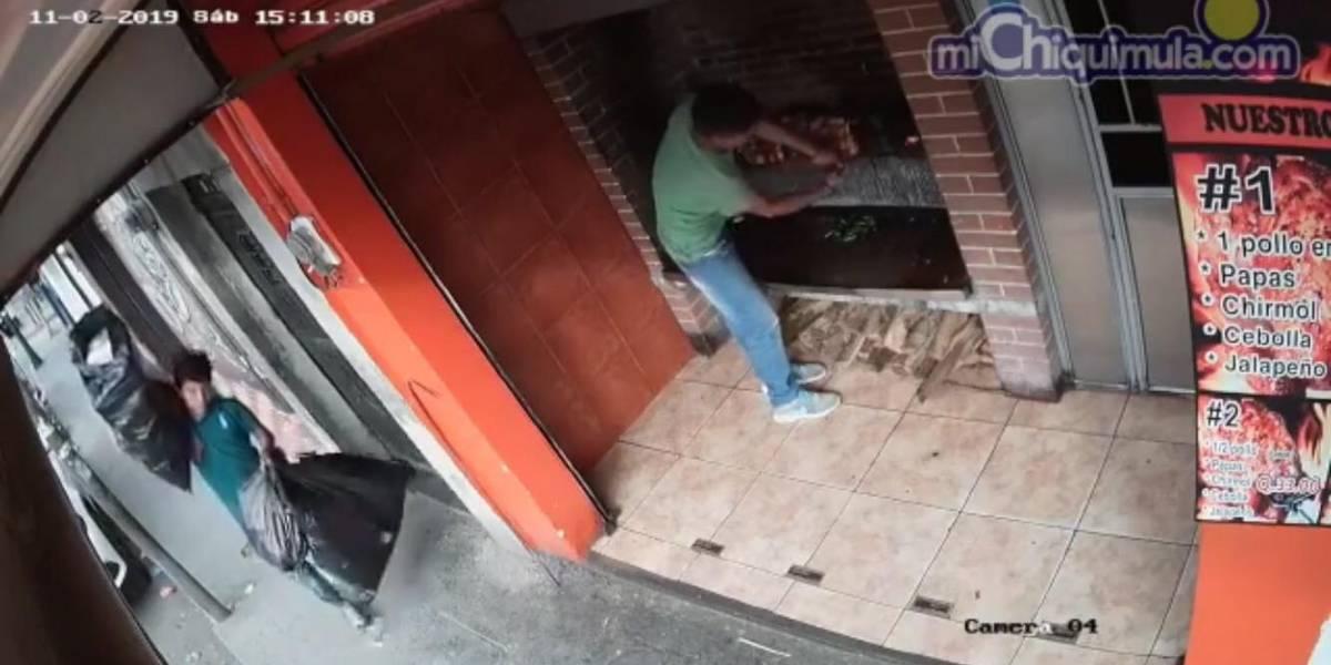 VIDEO. Joven roba un pollo rostizado cuando continuaba en las brasas