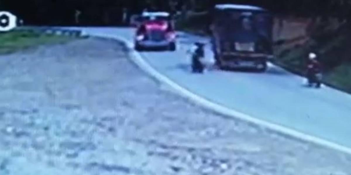 (VIDEO) Motociclista se salvó de milagro tras cometer grave imprudencia en vía nacional