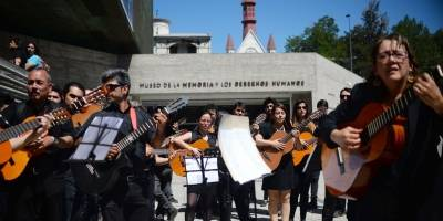 Chilenos continúan protestas en las calles utilizando el arte