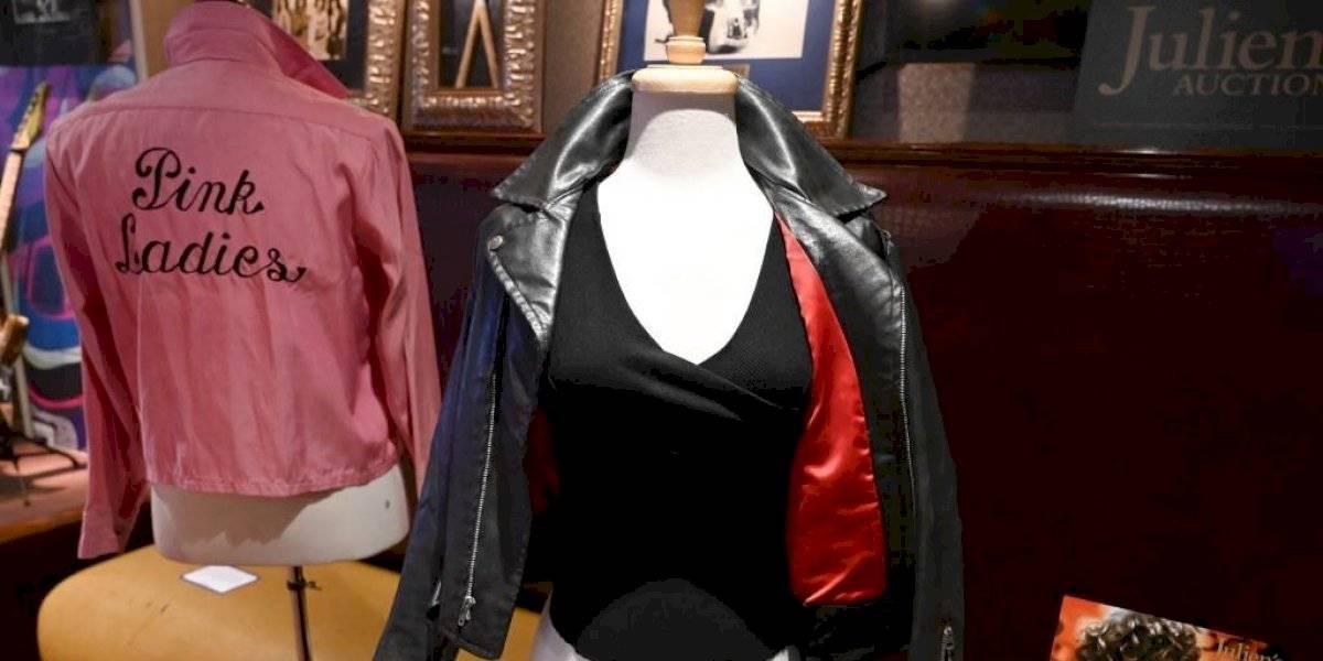 """Subastan la chaqueta y los pantalones que usó Olivia Newtown John en """"Grease"""""""