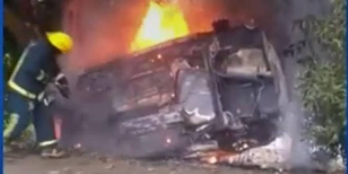 (Video) Aparatoso accidente dejó dos personas muertas y carro en llamas