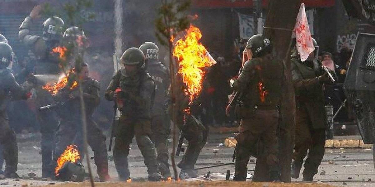 La brutalidad no tiene trincheras: video muestra el momento en que dos carabineras se queman durante manifestación en Plaza Italia