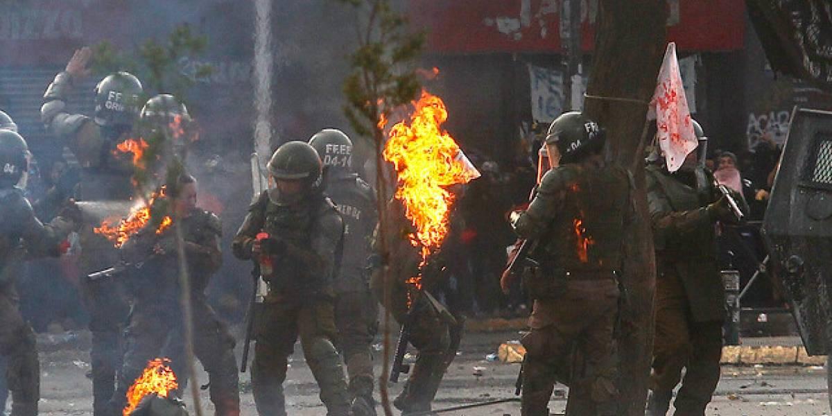 Impactante y desgarrador video muestra ataque a carabineras con bombas molotov