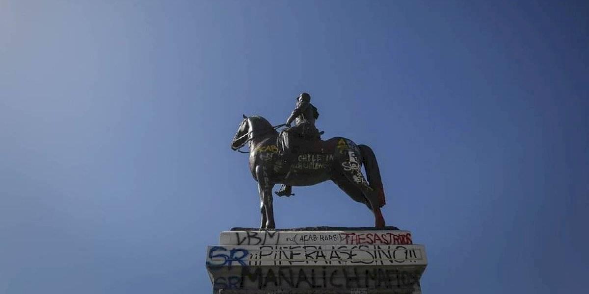 Municipalidad de Providencia evalúa retirar estatua de Plaza Baquedano