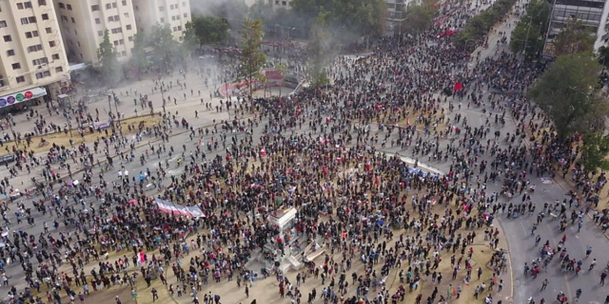 """A pesar de la represión: miles de manifestantes continúan llegando hasta la Plaza Italia en el denominado """"Super Lunes"""""""