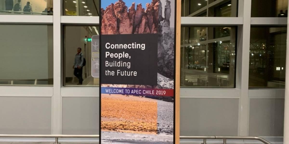 Pese a que fue cancelada hace cinco días: aeropuerto de Santiago recibe a turistas con letreros sobre APEC y COP25 en Chile