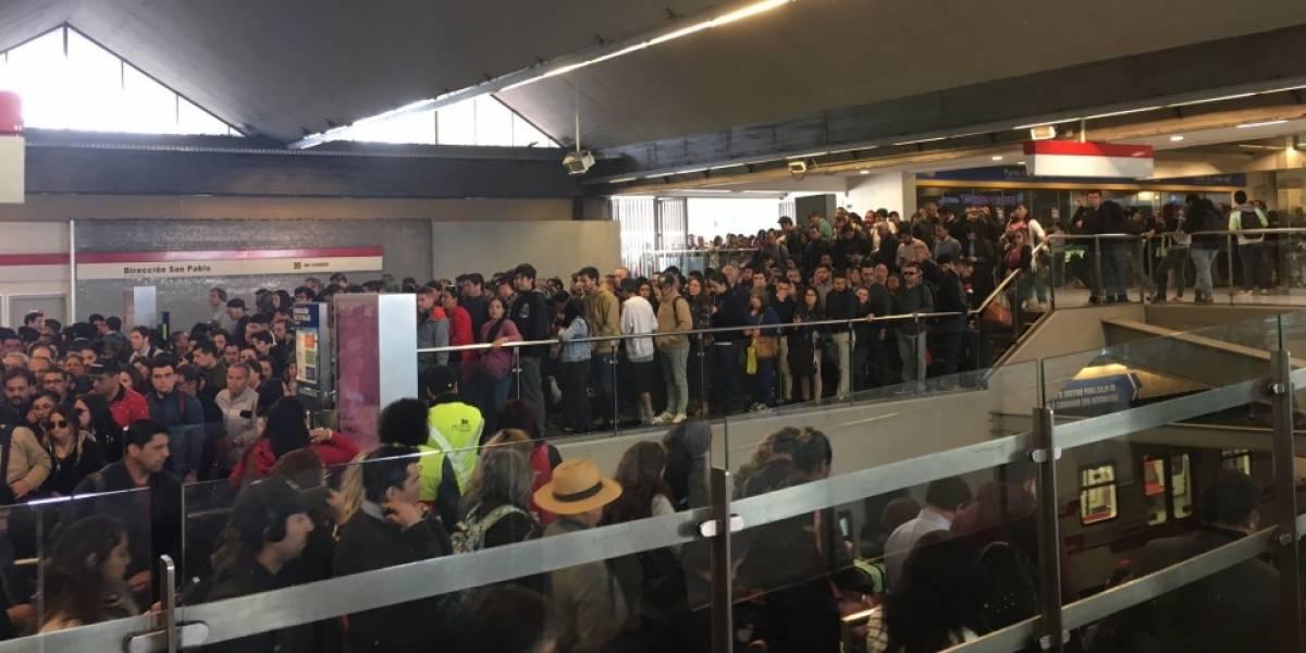 Las imágenes revelan el caos para ingresar: los reclamos en redes sociales por filas gigantescas y estaciones colapsadas en Metro de Santiago