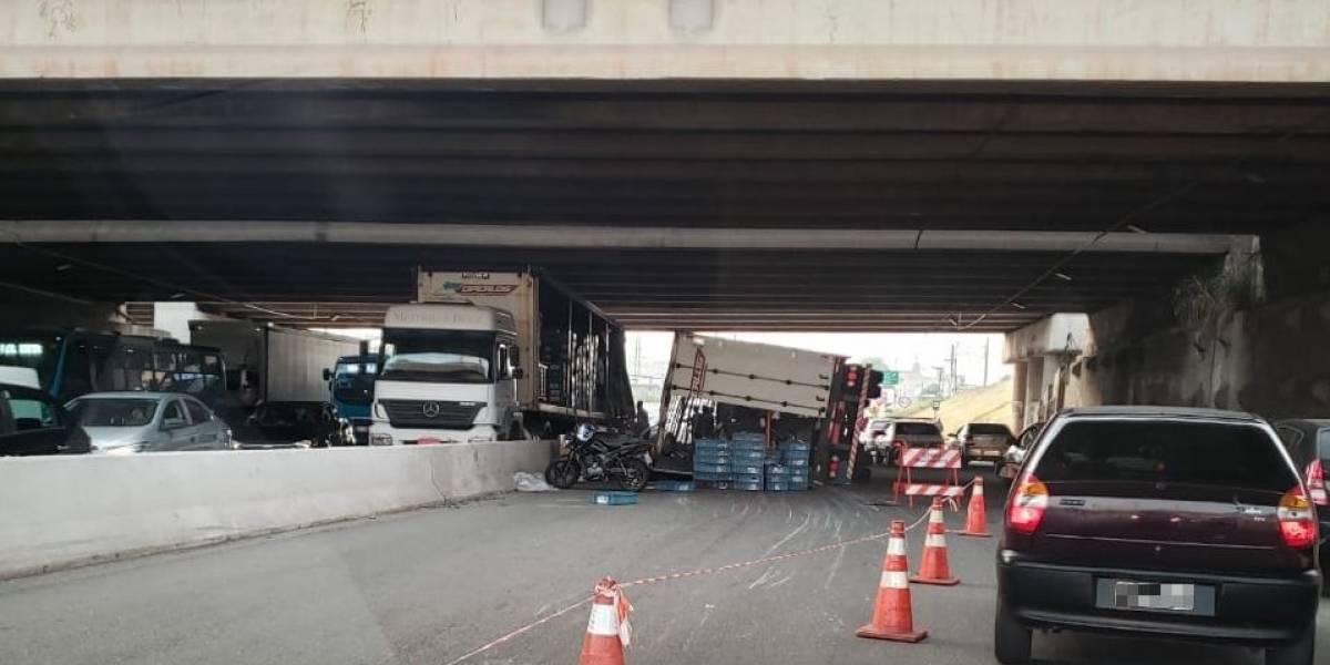 Caminhão tomba no Trevo de Bonsucesso e congestiona trânsito em Guarulhos