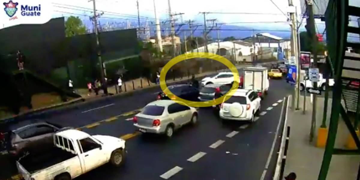 VIDEO. Motorista choca contra automóvil por conducirse contra la vía