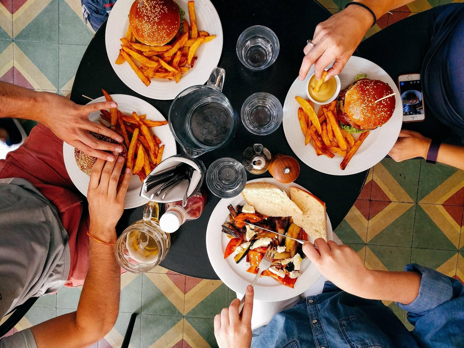Estudio confirma que comemos más frente a familiares y amigos