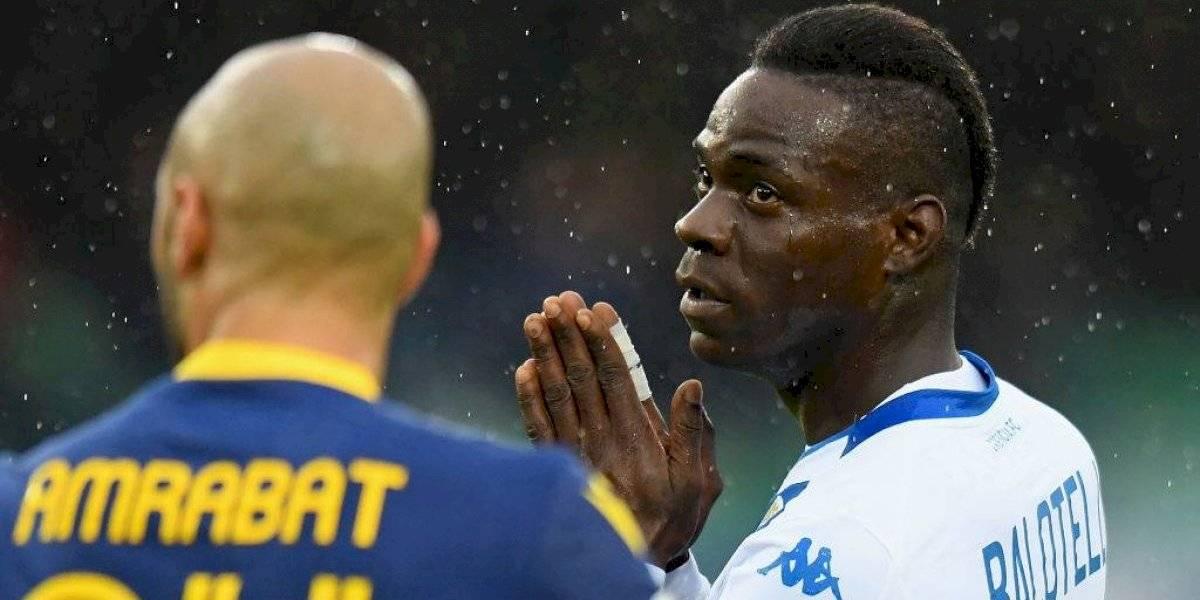 Mario Balotelli explotó en furia y quiso irse de la cancha por nuevos insultos racistas en el fútbol italiano