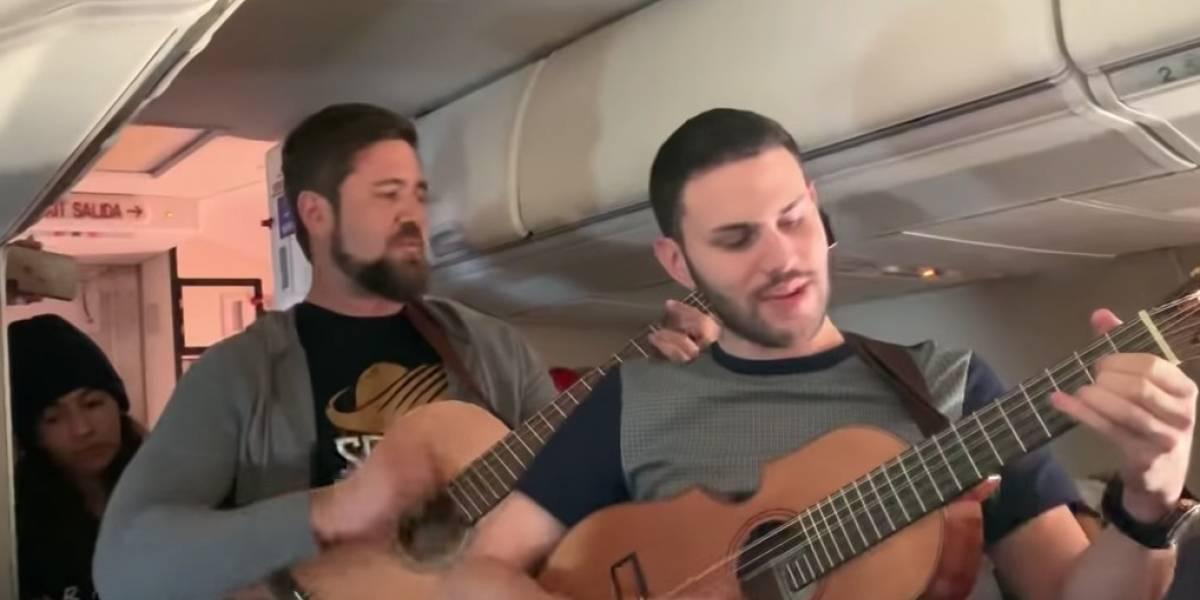 Hermes Croatto y Luis Sanz deleitan a pasajeros cantando en vuelo de regreso a Puerto Rico