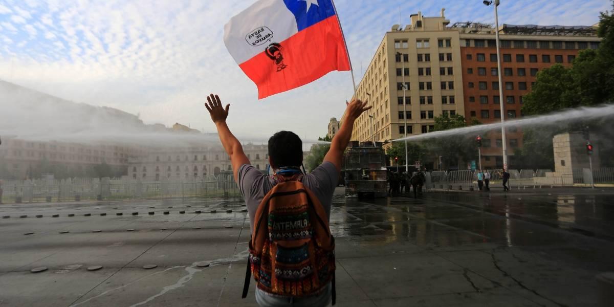 """""""Súper represión para el Súper lunes en Chile"""": así cubre el medio argentino Página 12 la protesta de inicios de semana"""