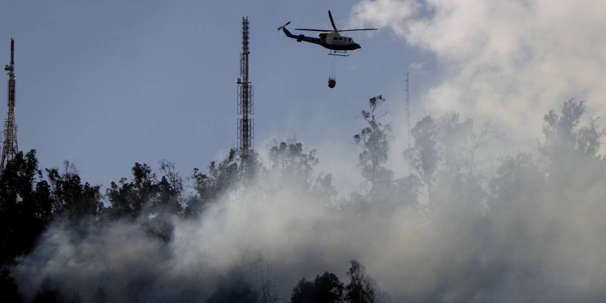 Fuego en el cerro San Cristobal: Autoridades decretan alerta roja en Providencia por voraz incendio