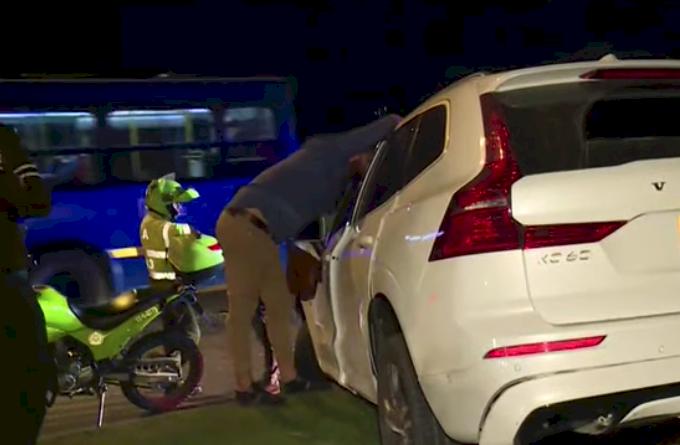 Hombre que conducía borracho arrolló cuatro motos y luego huyó