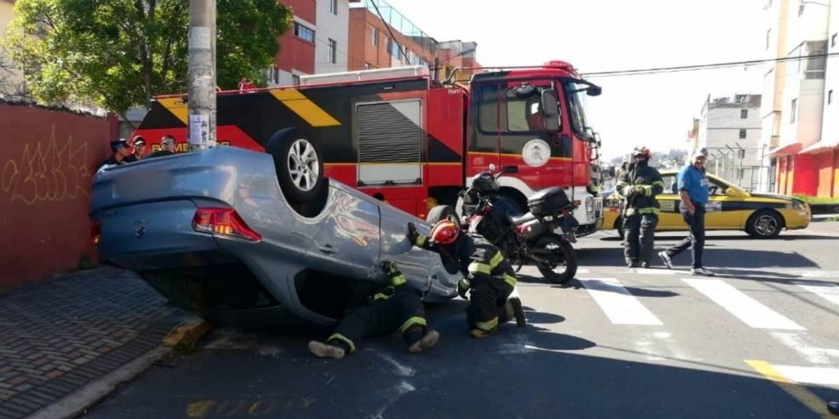 Quito: Vehículo volcado en accidente de tránsito en el sector San Carlos