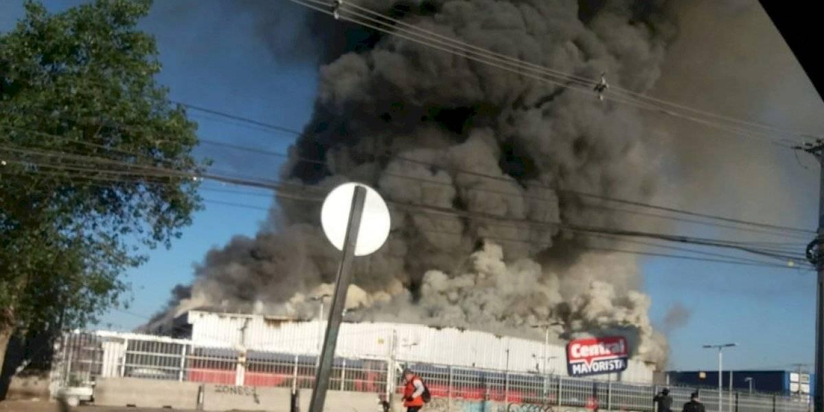 Gigantesco incendio afecta a supermercado mayorista en San Bernardo