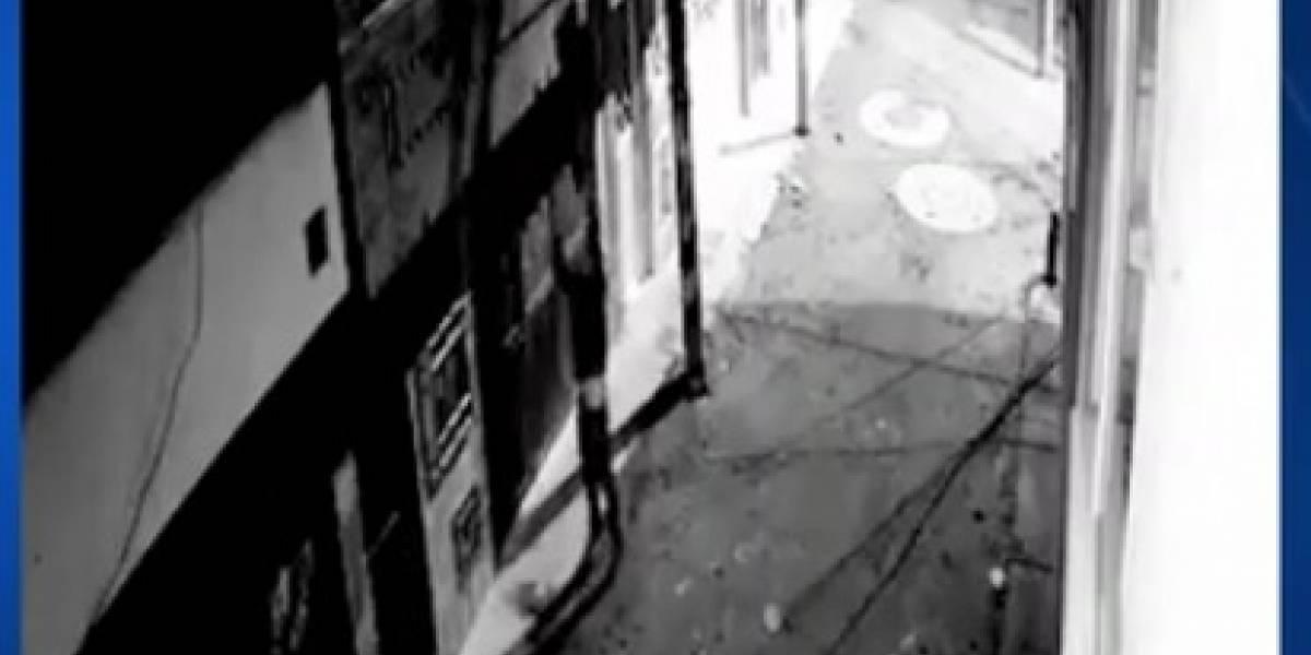 Cómo los ladrones trepan a las ventanas para meterse a las casas y robar