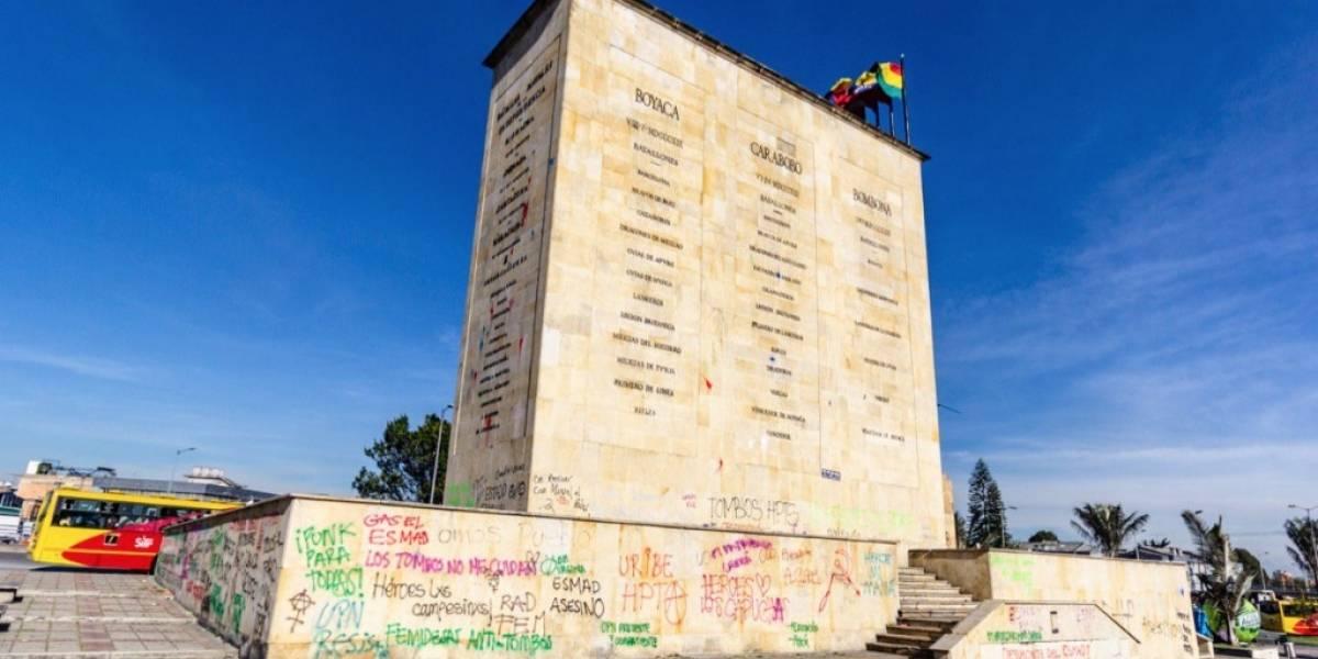 Bogotanos limpian monumento a Los Héroes tras ser vandalizado en manifestaciones