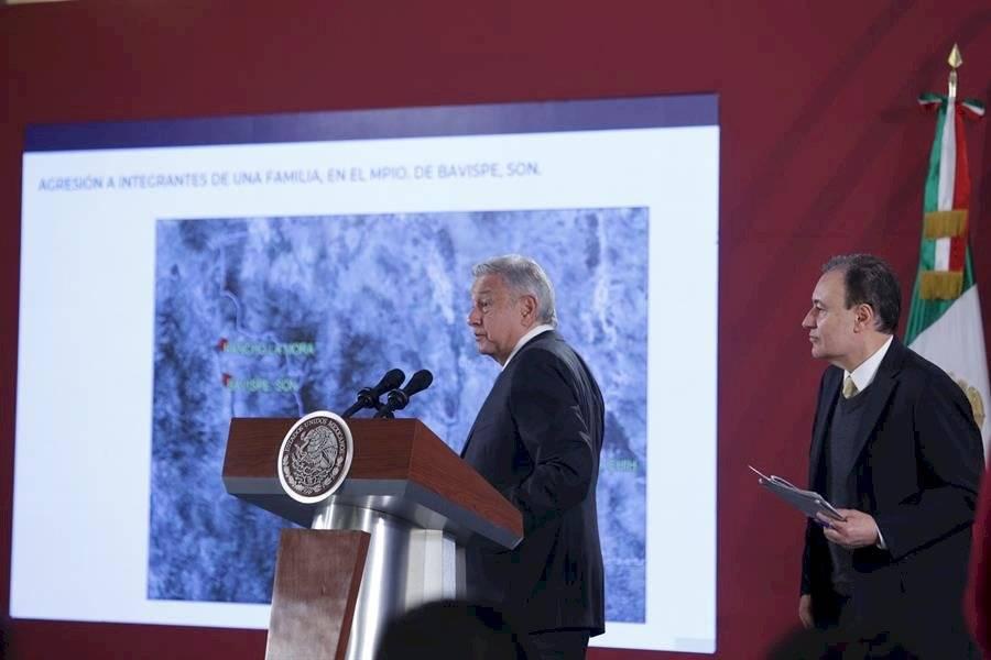 El presidente de México Andrés Manuel López Obrador y el secretario de seguridad pública Alfonso Durazo (d), participan hoy martes durante su