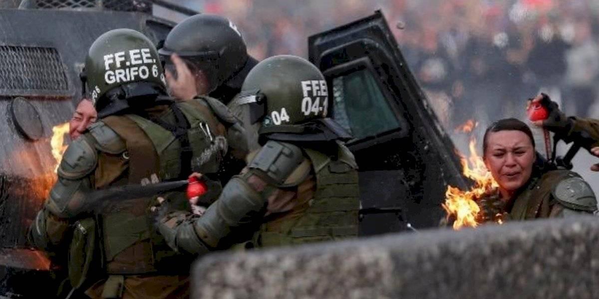 Chile: dos mujeres policías fueron impactadas con bombas molotov