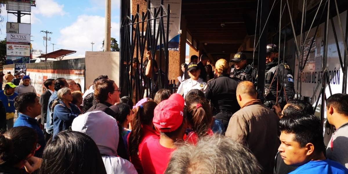 Largas filas en sede de Migración por fallas en sistema de emisión de pasaportes