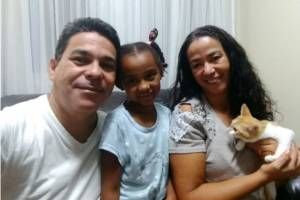 Família reunida. Da equerda para a direita: Eraldo, Nicole e o felino Nicolas.