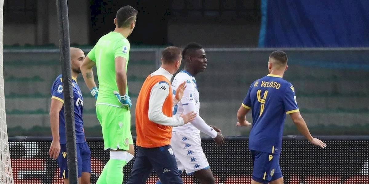 Cerrarán parcialmente grada en estadio del Verona por cánticos racistas hacia Balotelli