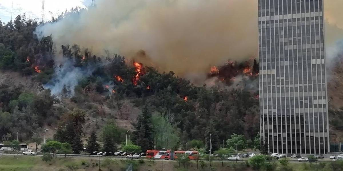 Bomberos y Conaf trabajan para controlar incendio que afecta al Cerro San Cristobal