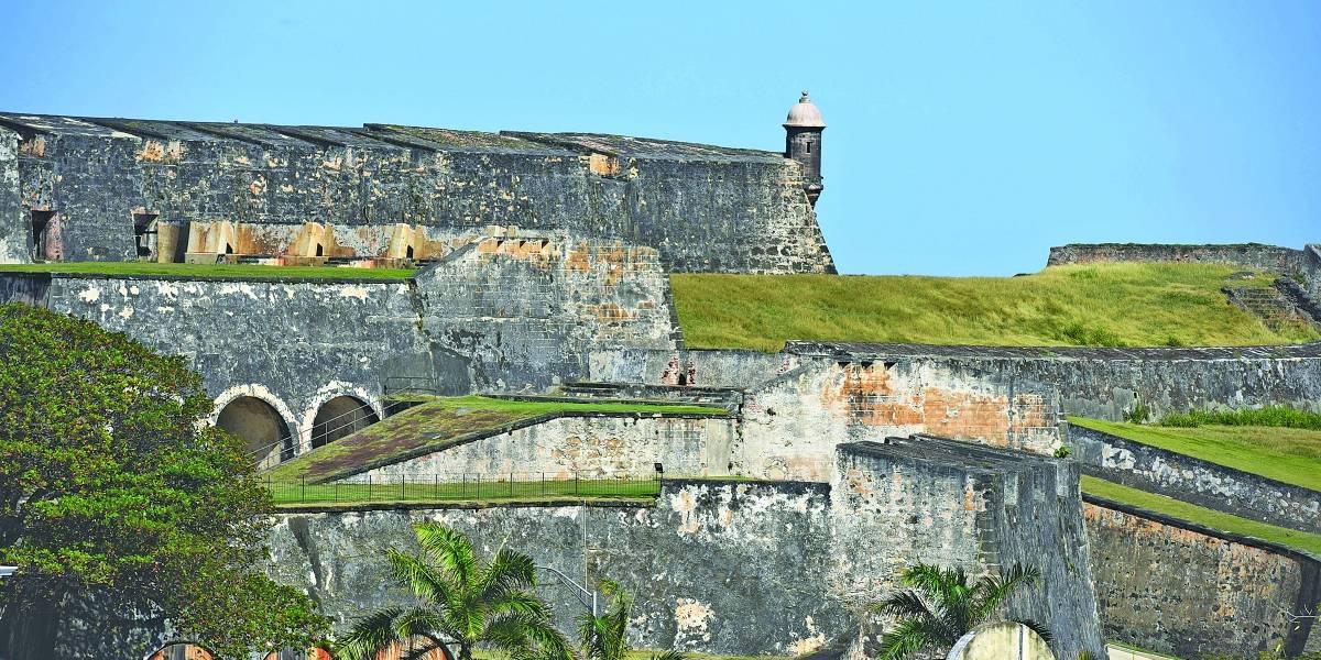 Joven turista en estado crítico tras caer de una muralla en San Juan