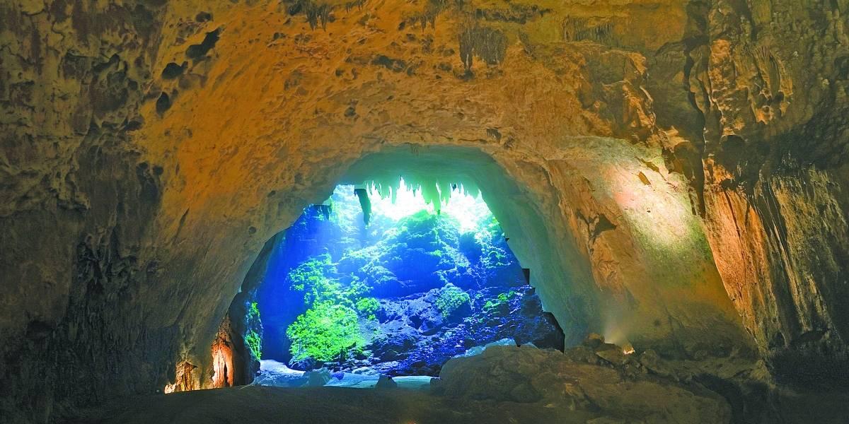 A media luz las cavernas de Camuy