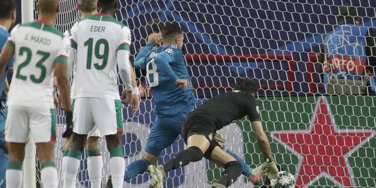 VIDEO: Portero del Lokomotiv comete tremendo 'oso'... ¡en gol de Ramsey!