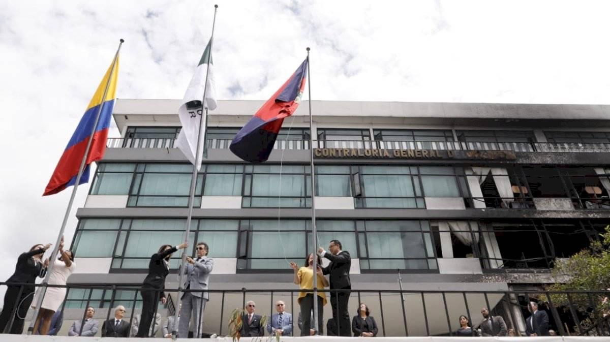 Izada de banderas en la Controlaría