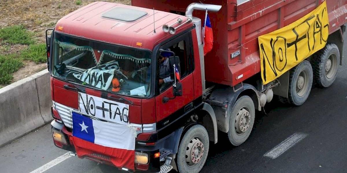 """""""Hay pórticos que cuestan más que un litro de bencina o un kilo de pan"""": movimiento No+TAG realiza nueva manifestación y camiones se despliegan por distintos puntos de Santiago"""