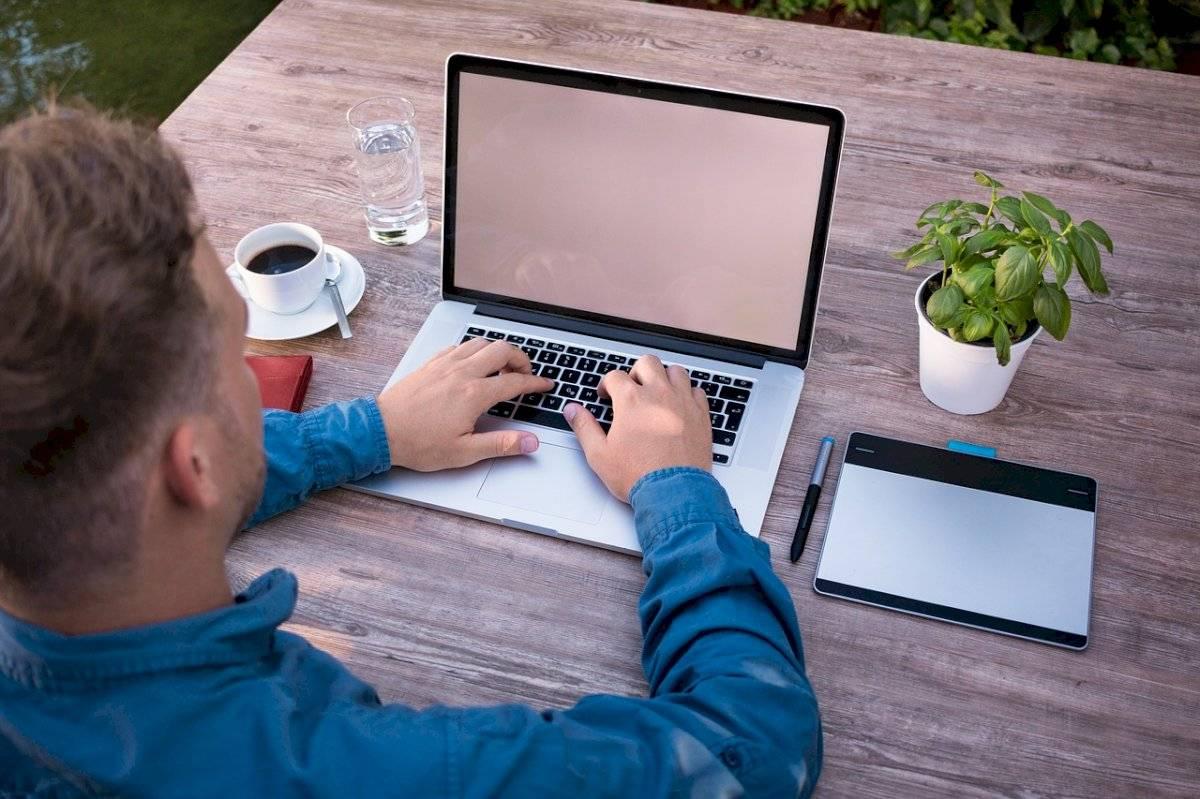Profesionistas enfocados a objetivos y libres de estrés con trabajo en casa
