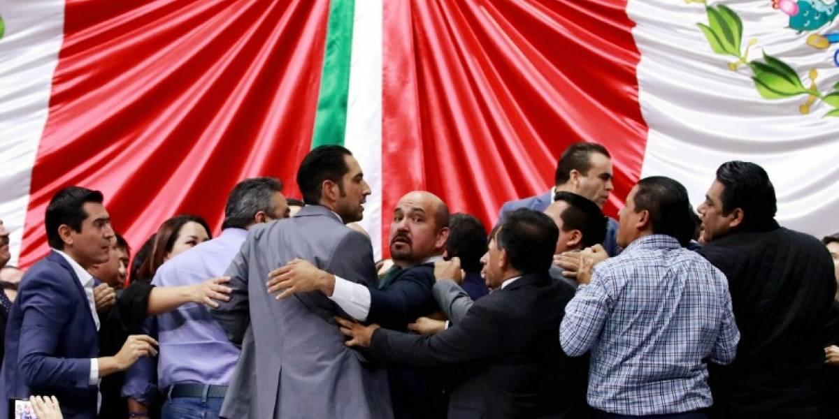 Diputados pelean a 'empujones' por reserva de 'Ley Nieto'