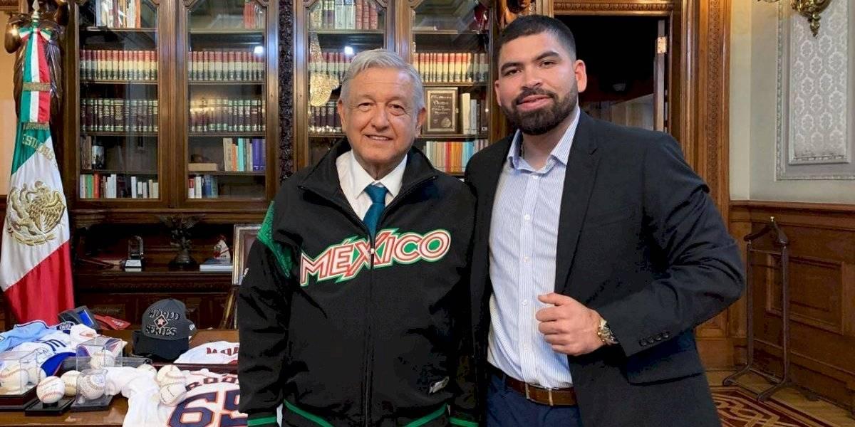AMLO recibe a jugador sinaloense de los Astros en Palacio Nacional