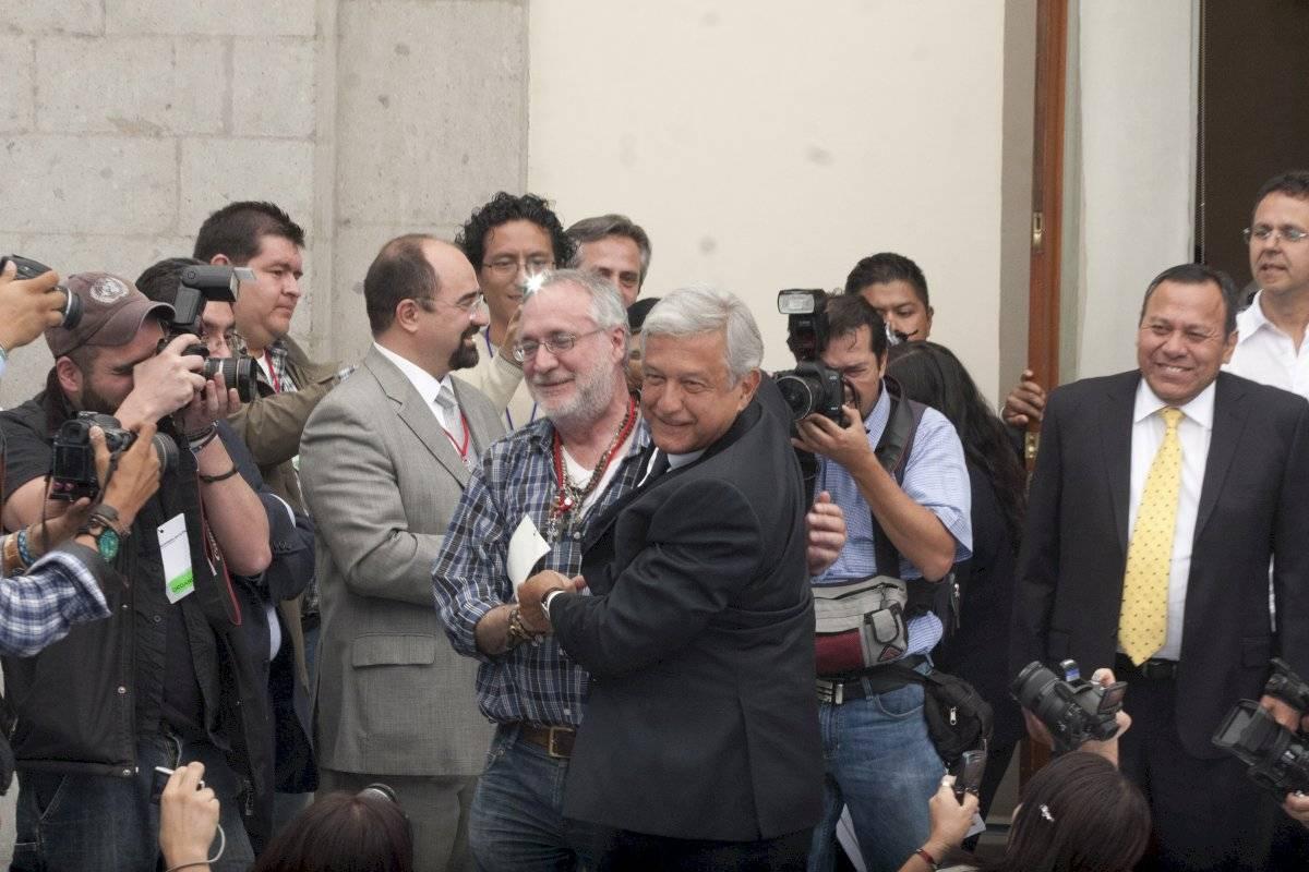 Andrés Manuél López Obrador cuando era candidato presidencial y Javier Sicilia.