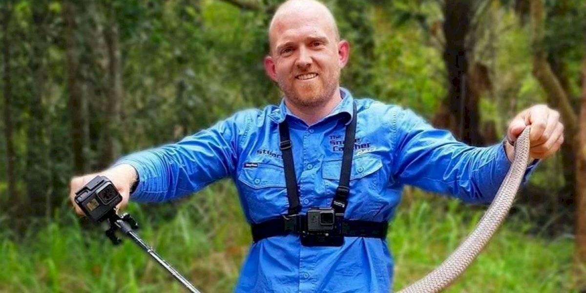 Homem captura a maior cobra marrom já vista e fotos fazem sucesso nas redes sociais