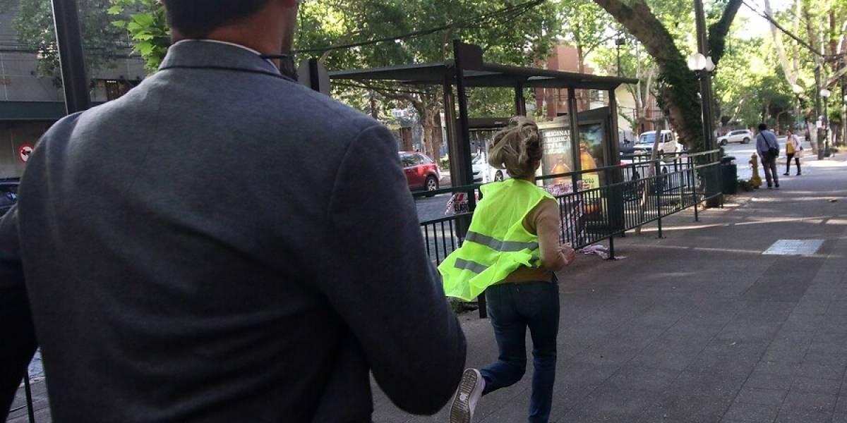 """Una """"escena surrealista"""": medio de EEUU destaca el """"movimiento rápido"""" de Matthei para salir corriendo de los periodistas tras dirigir el tránsito en Providencia"""