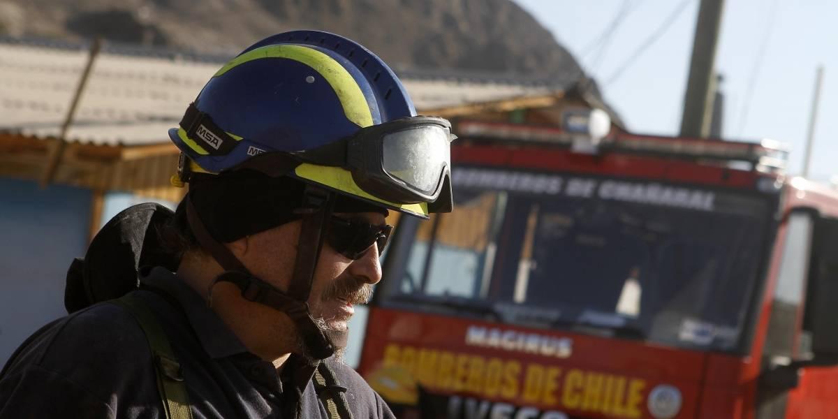 """Gases iban, gases venían: """"El flaco"""" ayudó a los manifestantes de Plaza Italia y les tiro agüita con bicarbonato"""