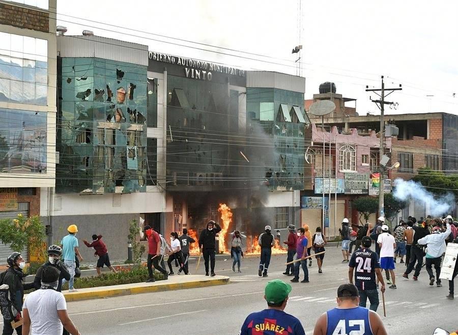 Una turba incendió la Alcaldía de la ciudad boliviana de Vinto, cuya alcaldesa, la oficialista Patricia Arce, fue arrastrada por calle y vejada hasta que fue rescatada por la Policía