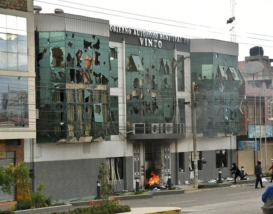 Manifestantes incendian la Alcaldía este miércoles durante una jornada de graves disturbios en Vinto, región de Cochabamba (Bolivia)