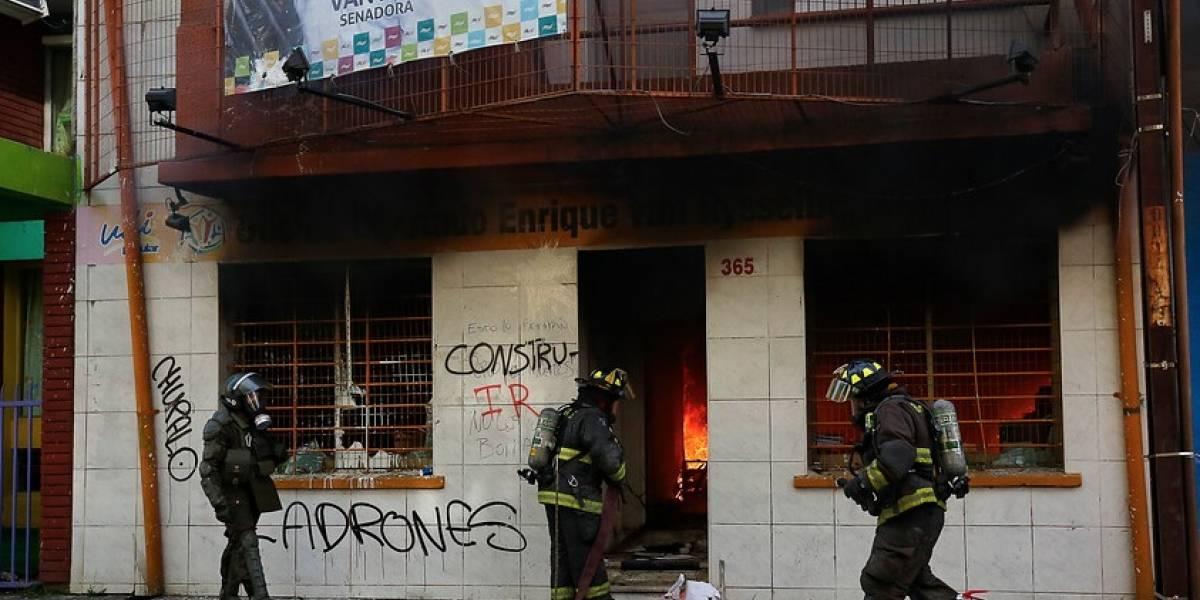 Encapuchados provocan incendio y destrozos en sede de la UDI en Concepción