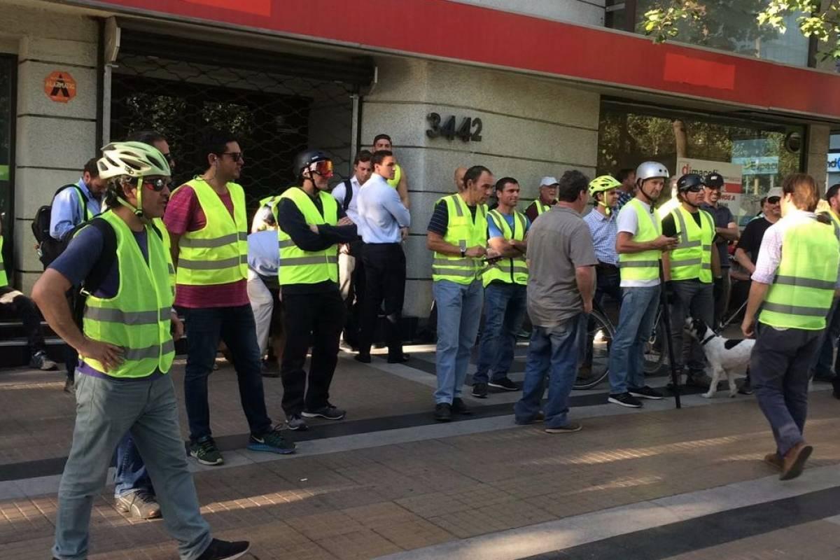 Barricadas y saqueos se registran en Providencia: Chalecos Amarillos están movilizados en la zona - Publimetro Chile