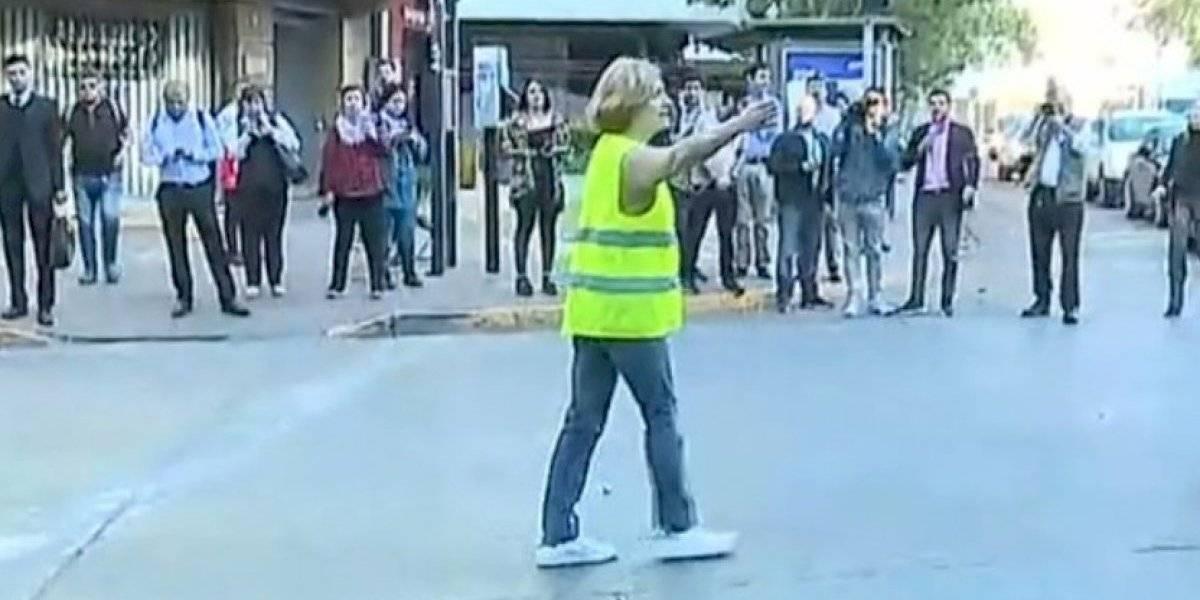 Evelyn Matthei sorprendió dirigiendo el tránsito en Providencia — Con chaleco amarillo
