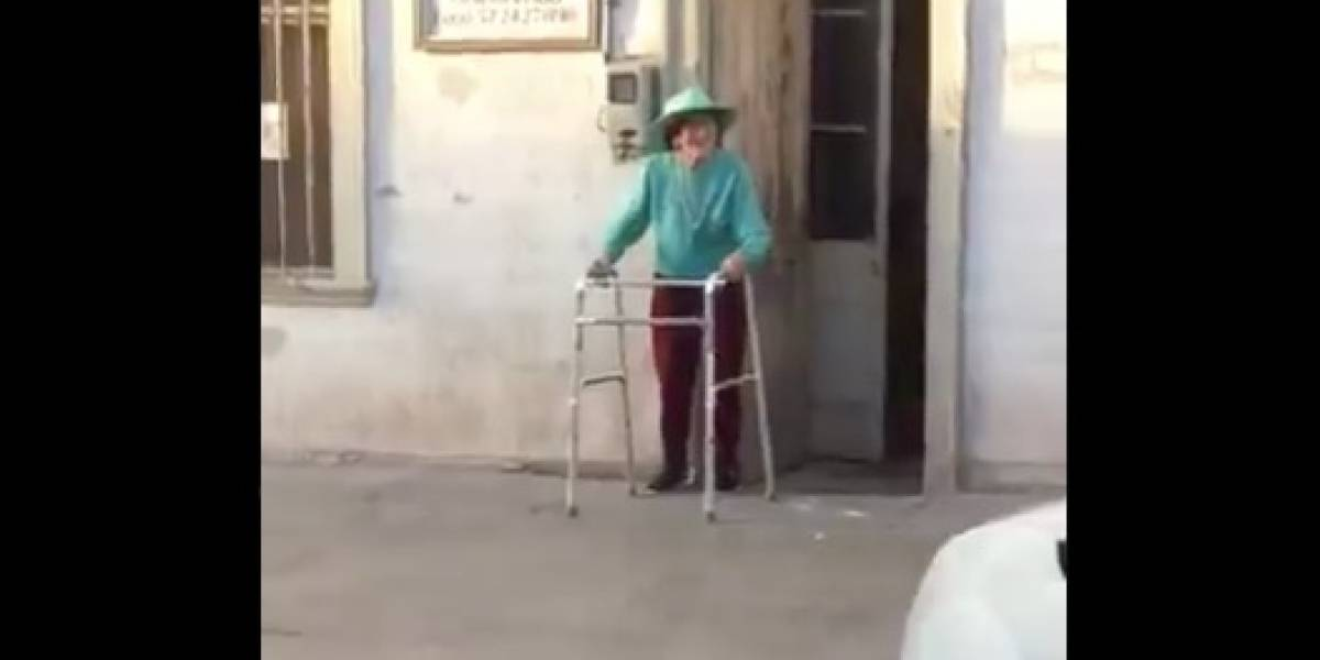"""""""Todos los días que voy a las marchas la veo, la quiero mucho"""": abuela se suma desde su casa a las manifestaciones en Iquique y se gana el amor de las redes sociales"""