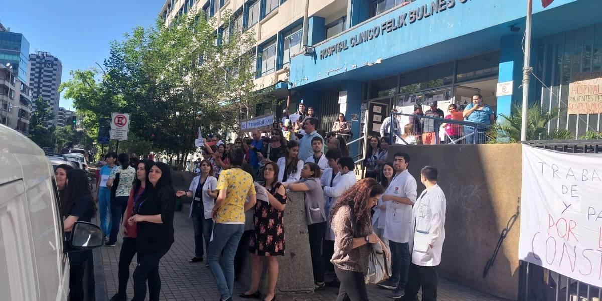 Funcionarios del Hospital Felix Bulnes hacen barrera humana para protestar por bombas lacrimógenas de Carabineros